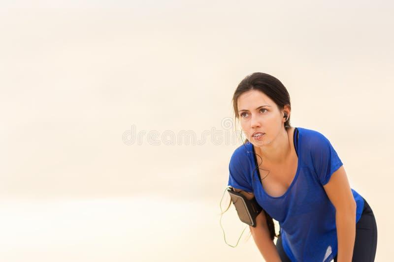 Mulher que toma a respiração após a corrida imagens de stock royalty free