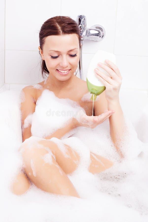 Mulher que toma um banho fotografia de stock royalty free