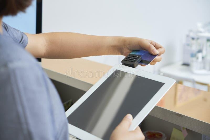Mulher que toma um pagamento com cartão de crédito imagens de stock