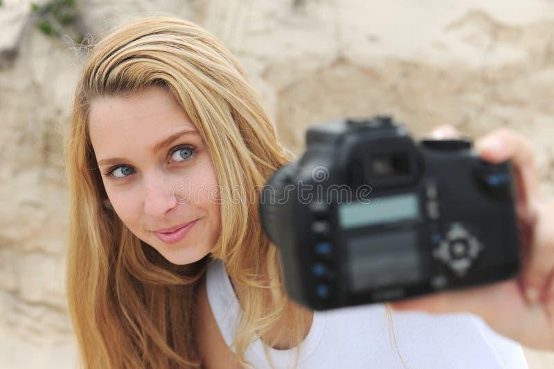 Mulher que toma um self-portrait fotografia de stock