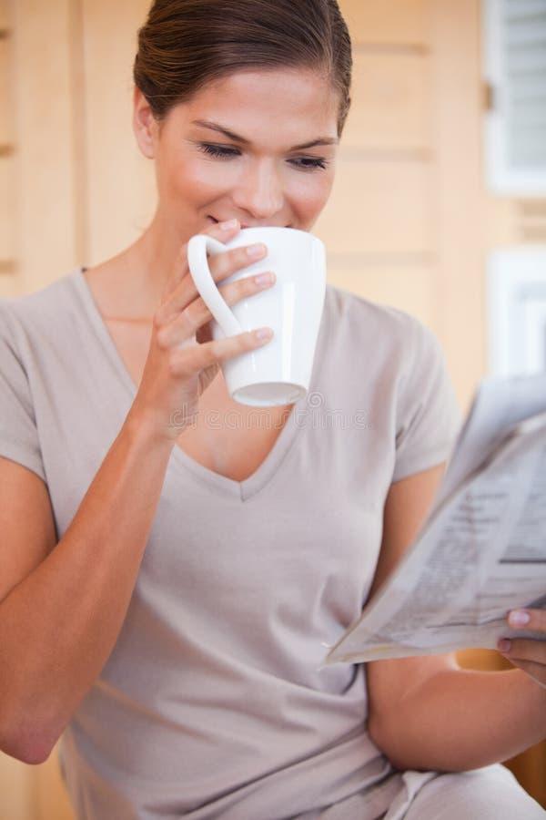 Mulher que toma um sip do café fotos de stock