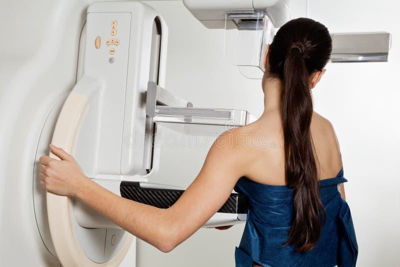 Mulher que toma um teste do raio X do mamograma foto de stock royalty free