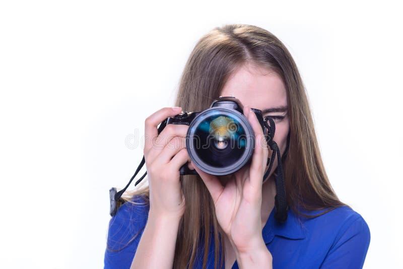 Mulher que toma uma foto com uma câmera imagens de stock