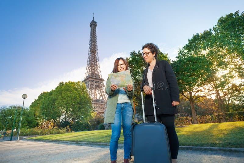 Mulher que toma uma fotografia de seu amigo em Paris imagens de stock royalty free