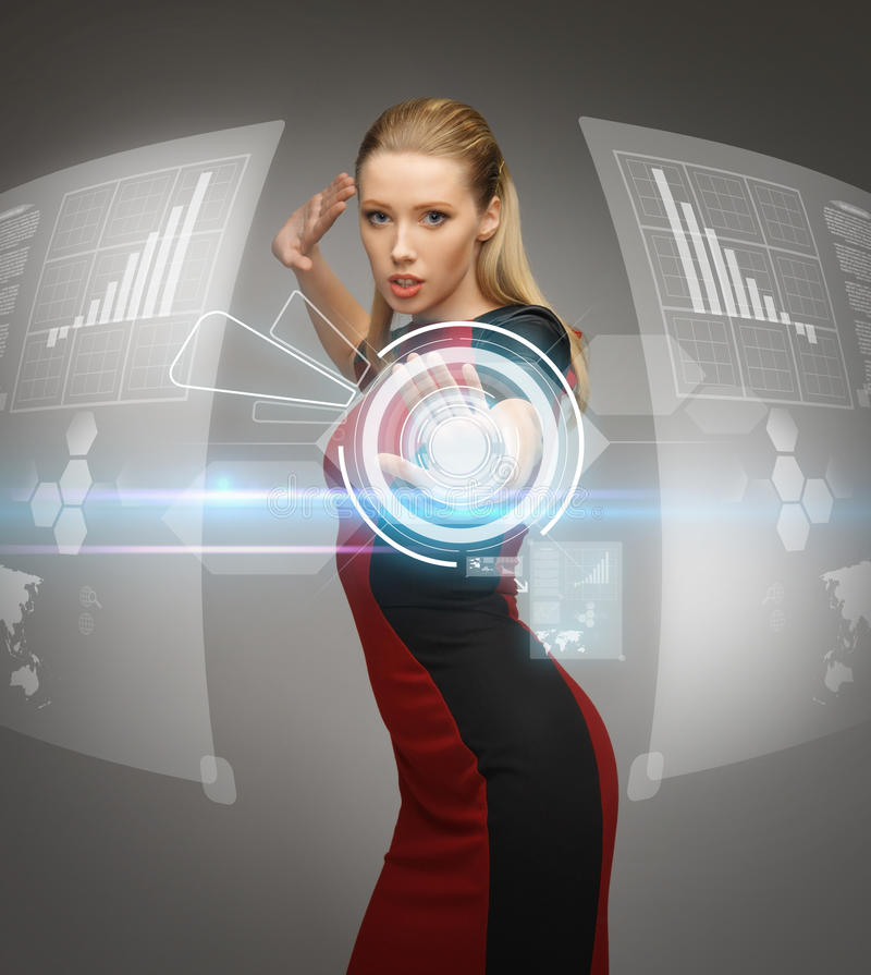 Mulher que trabalha com écrans sensíveis virtuais fotos de stock