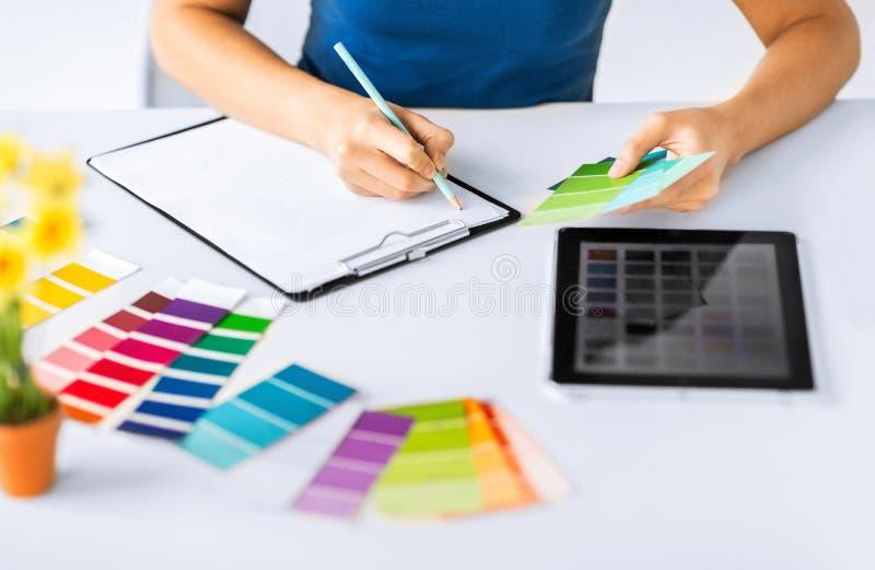Mulher que trabalha com as amostras da cor para a seleção imagens de stock