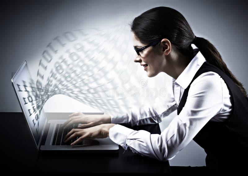 Mulher que trabalha com portátil. fotos de stock