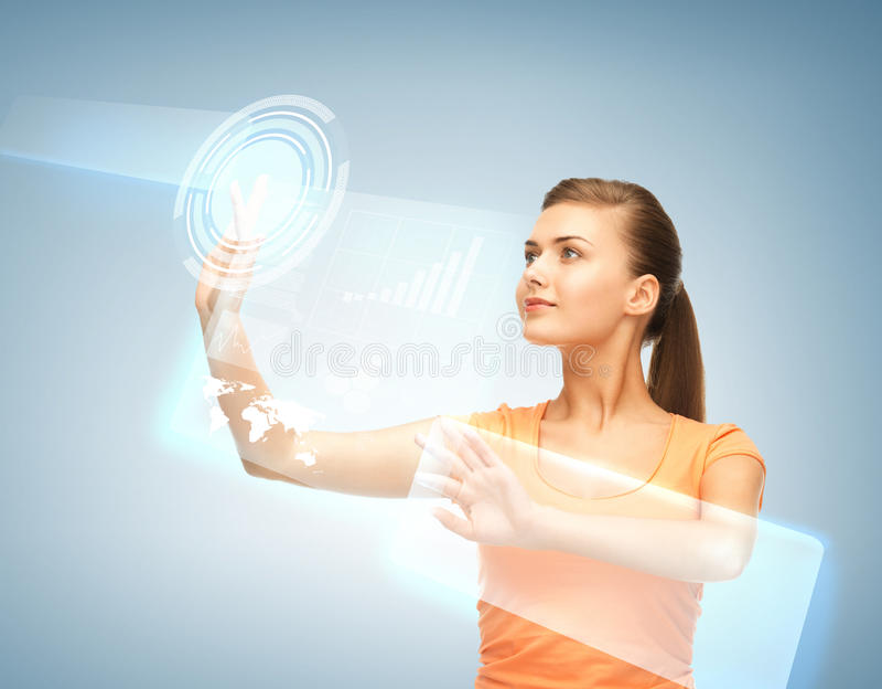 Mulher que trabalha com tela virtual foto de stock royalty free