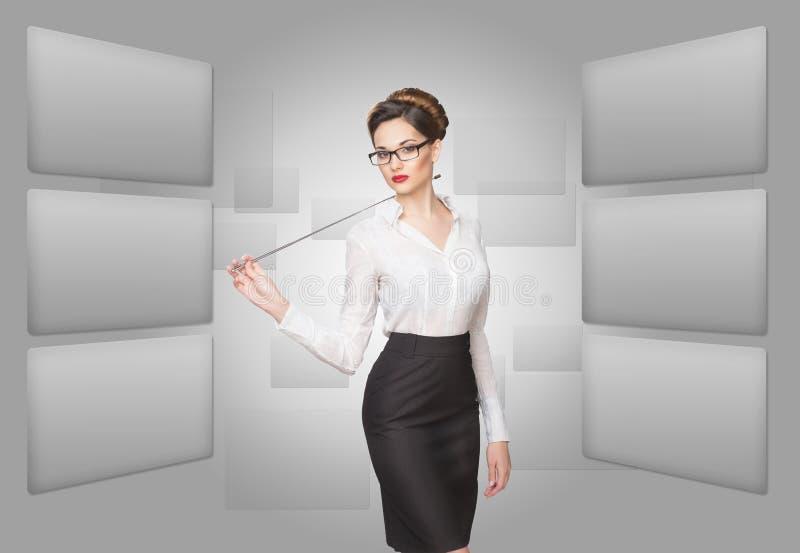 Mulher que trabalha com tela virtual fotografia de stock royalty free