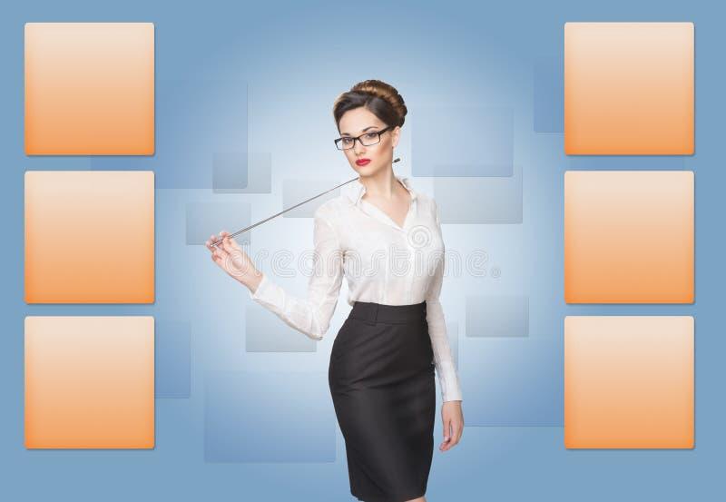 Mulher que trabalha com tela virtual imagem de stock royalty free