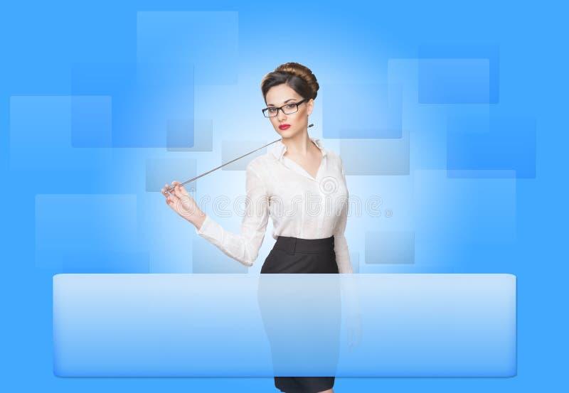 Mulher que trabalha com tela virtual foto de stock