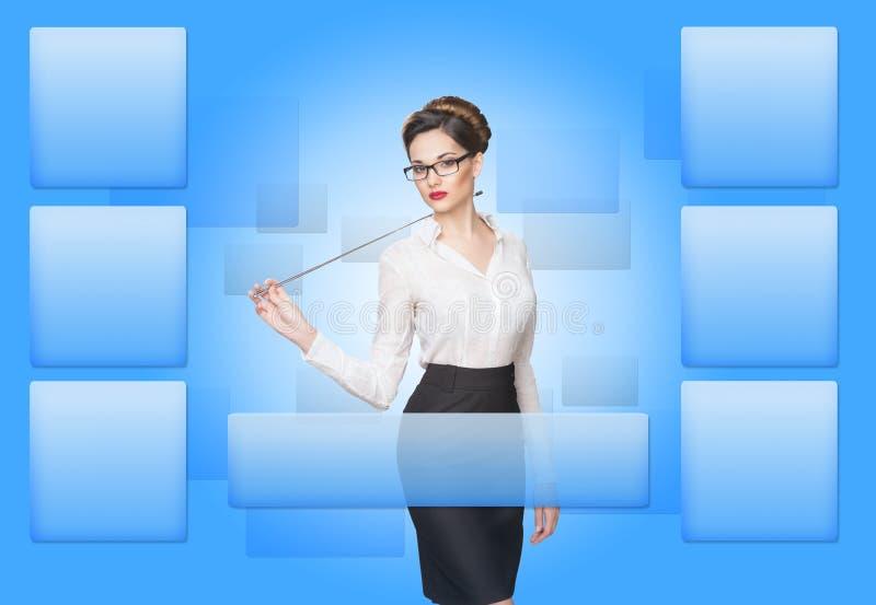Mulher que trabalha com tela virtual imagens de stock