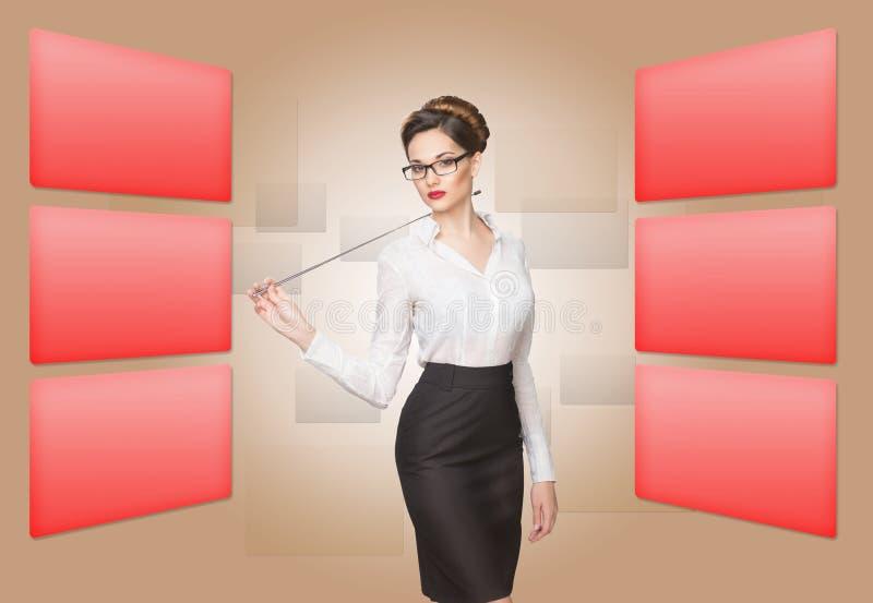 Mulher que trabalha com tela virtual fotos de stock royalty free