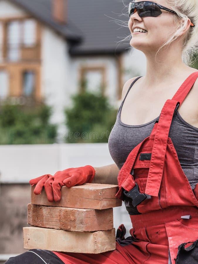 Mulher que trabalha com tijolos foto de stock royalty free