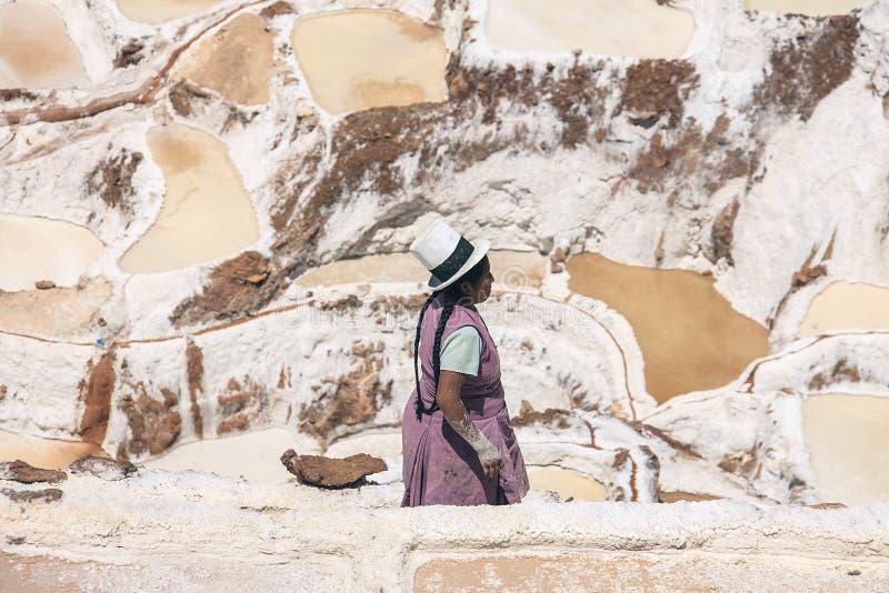 Mulher que trabalha em bandejas de sal de Cusco imagens de stock royalty free