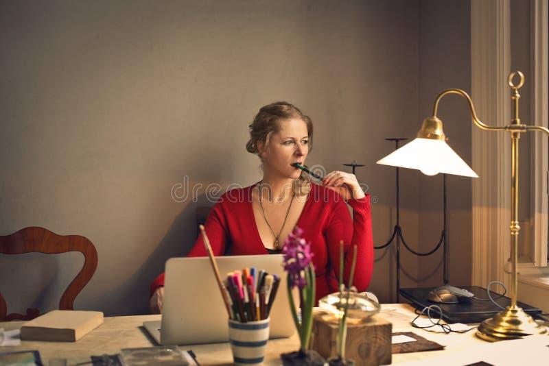 Mulher que trabalha em casa imagens de stock royalty free