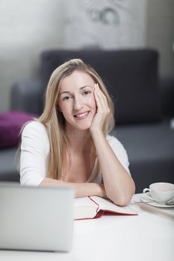 Mulher que trabalha em casa de um escritório domiciliário imagem de stock