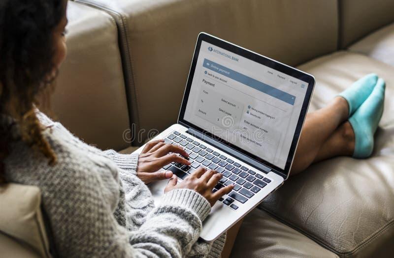 Mulher que trabalha em um portátil foto de stock royalty free