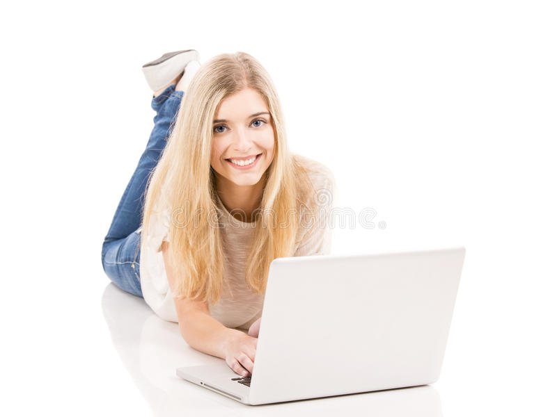 Mulher que trabalha em um portátil imagens de stock royalty free