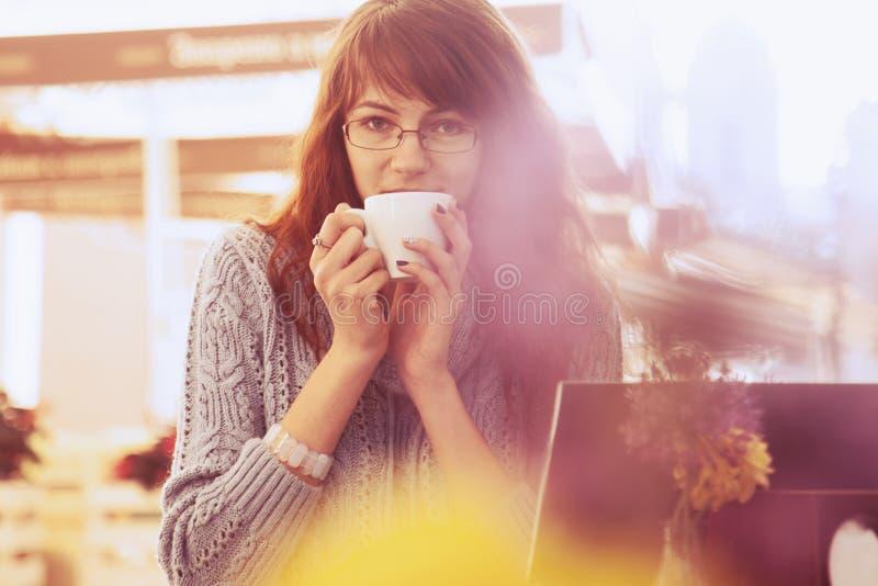 Mulher que trabalha fora autônomo, gestão de tempo, sucesso, franco fotografia de stock