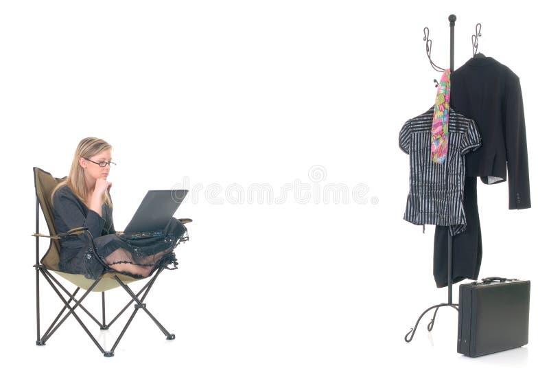Mulher que trabalha fora do tempo estipulado em casa foto de stock