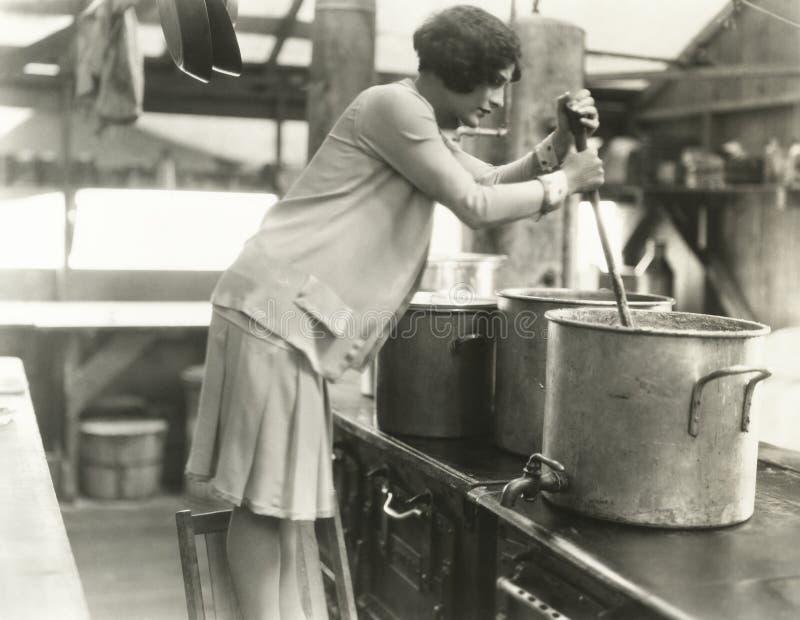 Mulher que trabalha na cozinha de sopa fotos de stock