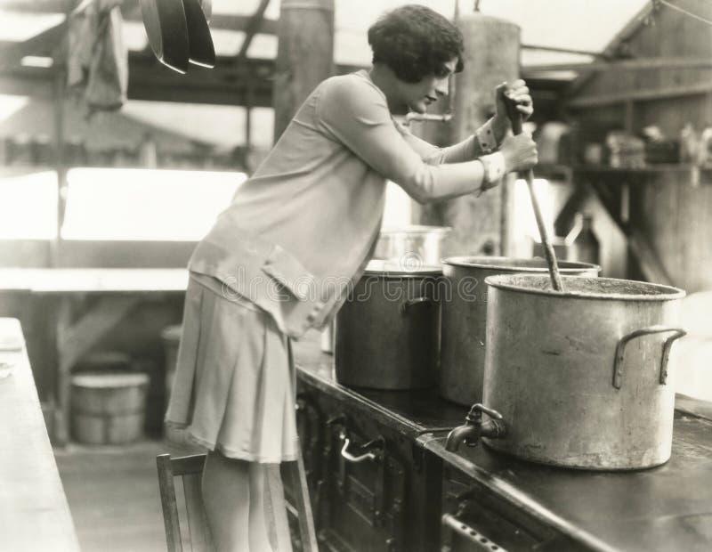 Mulher que trabalha na cozinha de sopa fotografia de stock