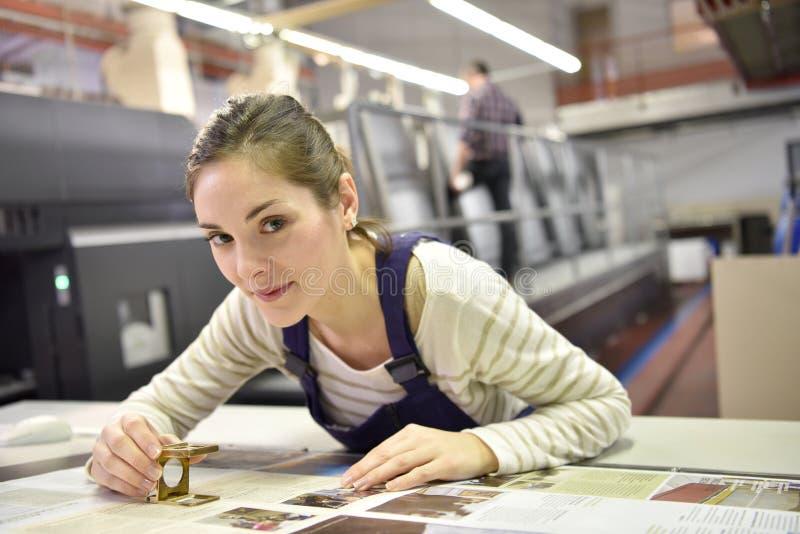 Mulher que trabalha na indústria de impressão imagens de stock royalty free