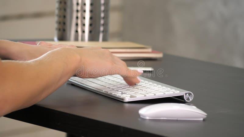 Mulher que trabalha na mão do escritório domiciliário no teclado Exposição verde do modelo da tela fotografia de stock royalty free