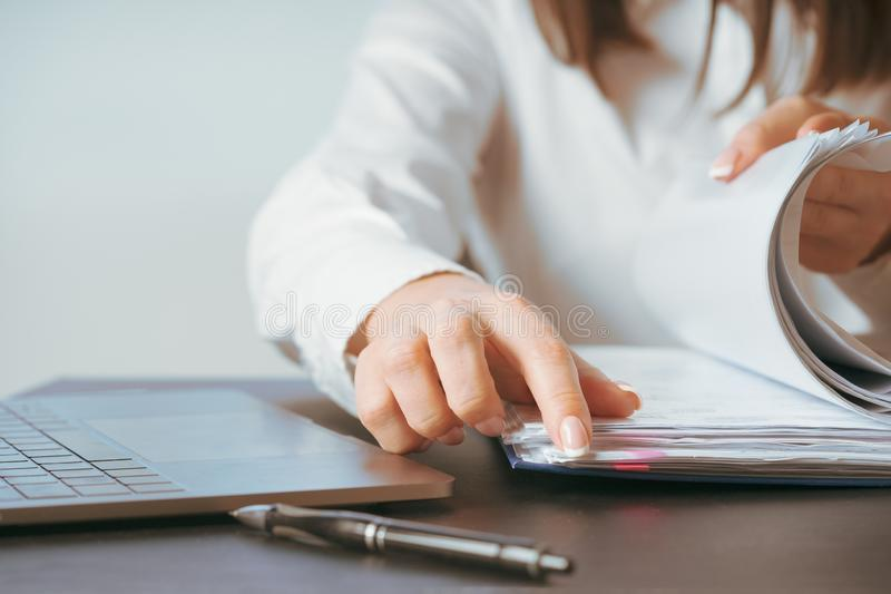 Mulher que trabalha na mão do escritório no fim do teclado acima imagem de stock royalty free