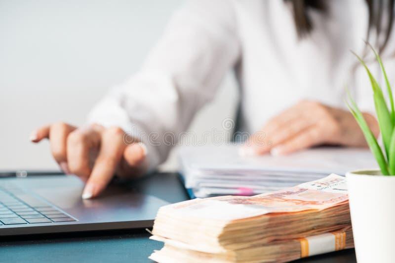 Mulher que trabalha na mão do escritório no fim do teclado acima fotos de stock royalty free