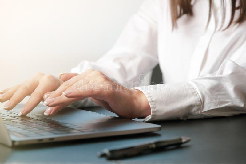Mulher que trabalha na mão do escritório no fim do teclado acima imagens de stock royalty free