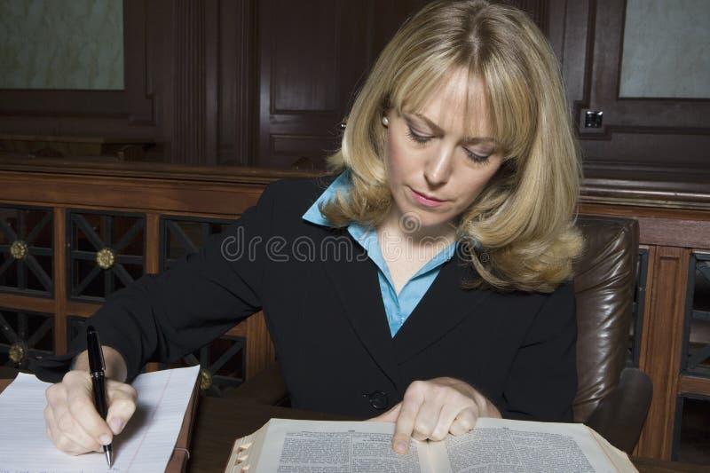 Mulher que trabalha na sala do tribunal fotografia de stock royalty free