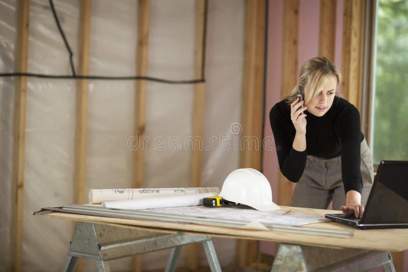Mulher que trabalha no canteiro de obras foto de stock