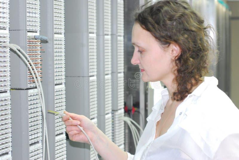 Mulher que trabalha no equipamento de telecomunicação imagens de stock royalty free