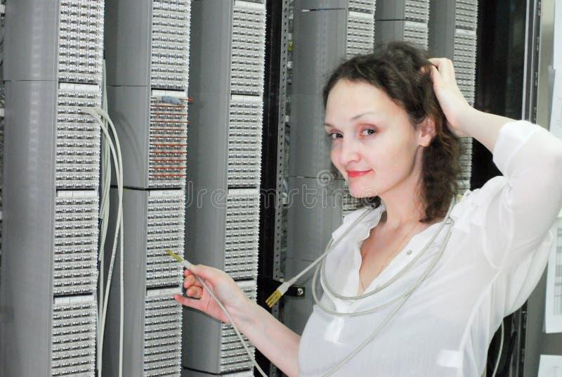 Mulher que trabalha no equipamento de telecomunicação fotografia de stock royalty free