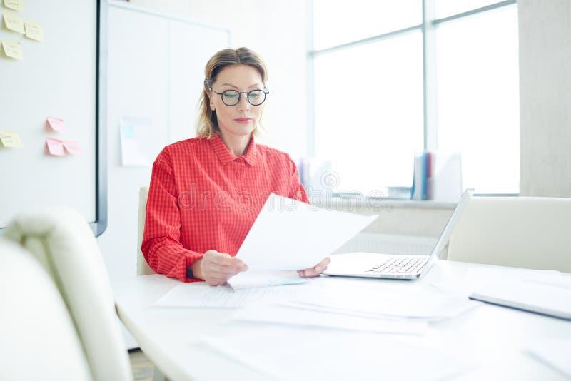 Mulher que trabalha no escritório imagem de stock royalty free