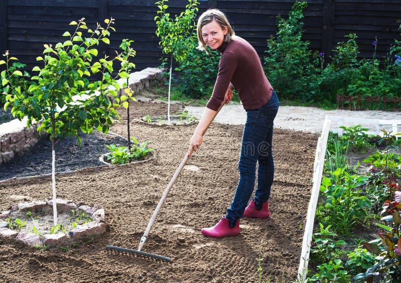 Mulher que trabalha no jardim imagem de stock royalty free
