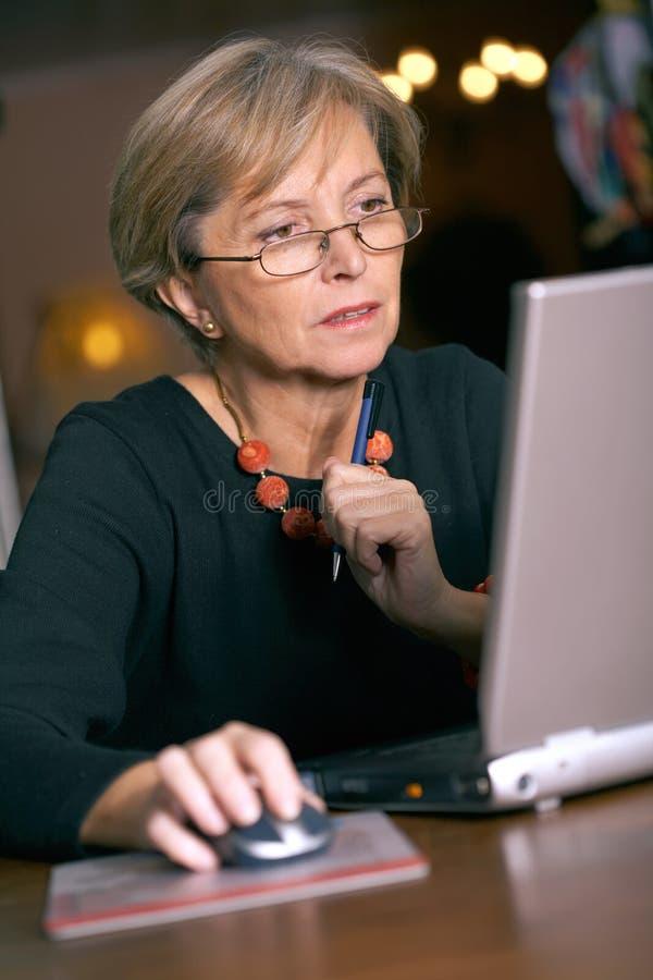 Mulher que trabalha no portátil