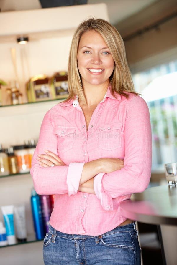 Mulher que trabalha no salão de beleza do hairdressing fotos de stock royalty free