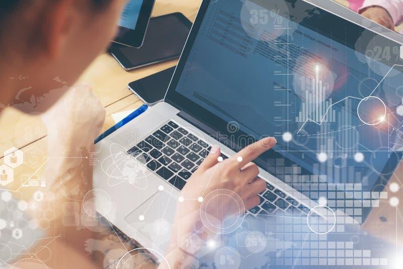 Mulher que trabalha o conceito de madeira da tabela do caderno moderno do Desktop Gestor de conta Researching Process Negócio Tea fotos de stock royalty free