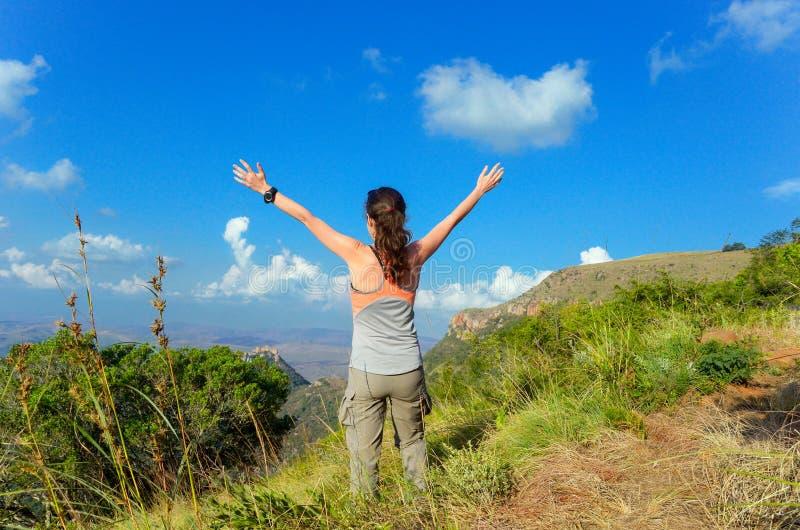 Mulher que trekking nas montanhas, caminhando o turista fotografia de stock
