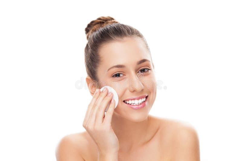 Mulher Que Usa A Almofada De Algodão Na Face Fotografia de Stock