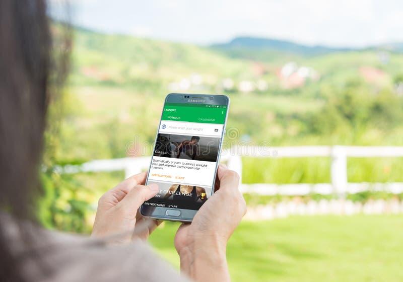 Mulher que usa apps móveis a 7 minutos fotografia de stock