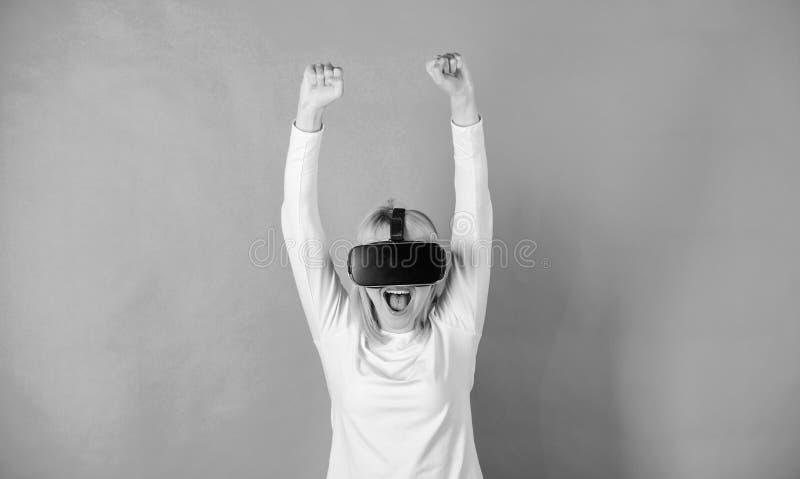 Mulher que usa auriculares da realidade virtual conceito da tecnologia 3d, da realidade virtual, do entretenimento, do Cyberspace imagem de stock royalty free