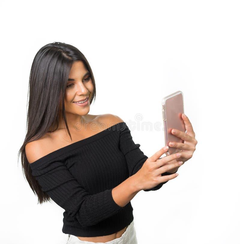 Mulher que usa a câmera esperta do telefone imagem de stock