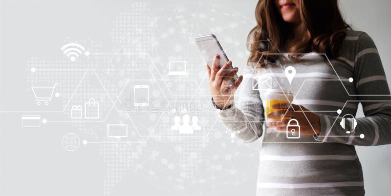Mulher que usa a compra dos pagamentos móveis e a conexão de rede em linha do cliente do ícone Mercado de Digitas, m-operação ban foto de stock royalty free