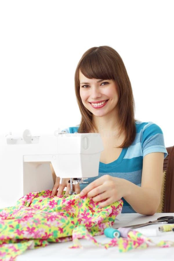 Mulher que usa a máquina de costura imagem de stock royalty free