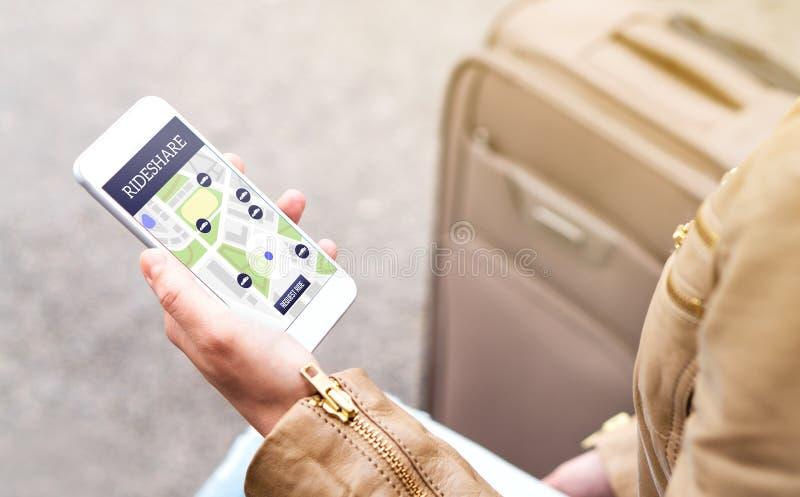 Mulher que usa o app do rideshare Aplicação da parte do passeio fotografia de stock