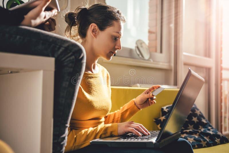 Mulher que usa o cartão de crédito foto de stock royalty free